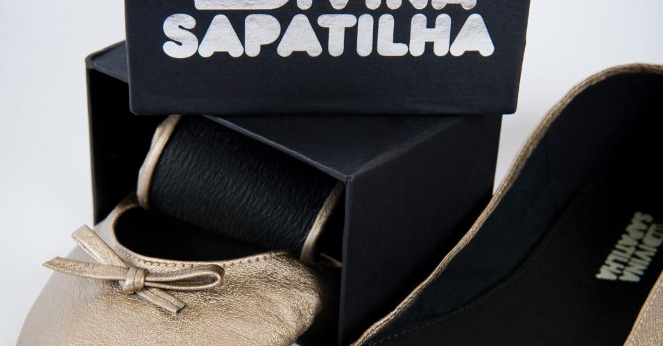 Sapatilha dobrável dourada em couro sintético com solado de borracha; da Divina Sapatilha (www.divinasapatilha.com.br), por R$ 22 (o par), mas oferece desconto de 5% para pedidos acima de 100 pares e 10% para pedidos acima de 200 pares. Disponibilidade e preço sujeitos a alterações. Pesquisa realizada em setembro de 2012