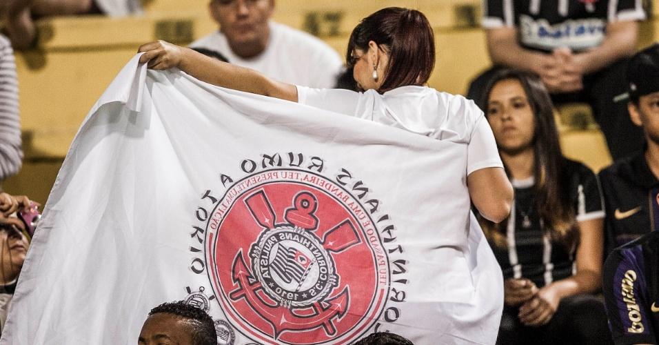 Torcedores do Corinthians exibem bandeira com símbolo do Japão antes do duelo contra a Ponte