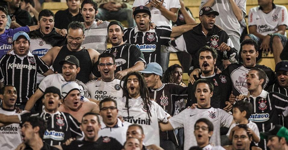 Torcida do Corinthians faz festa na arquibancada do Pacaembu durante o jogo contra a Ponte Preta