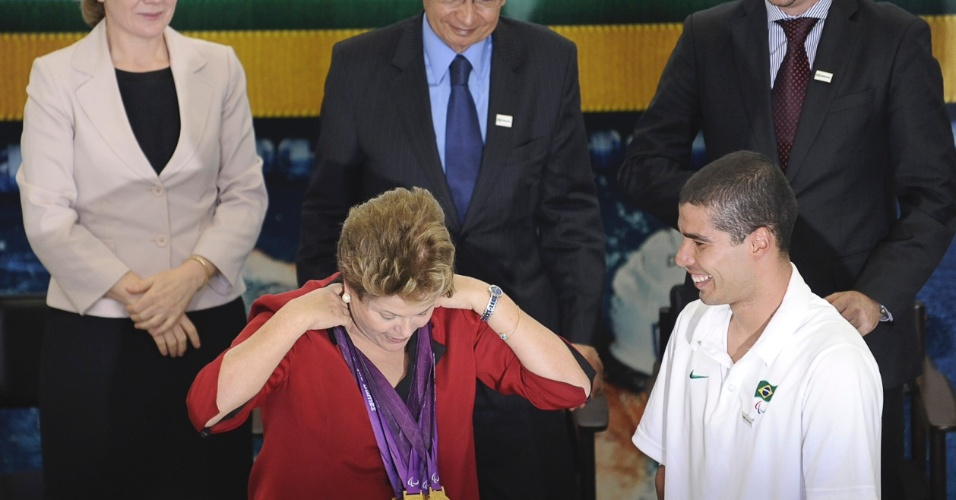 13.set.2012 - A presidente Dilma Rousseff recebe o medalhista paraol&#237;mpico Daniel Dias, durante cerim&#244;nia de lan&#231;amento do Plano Brasil Medalhas 2016, no Pal&#225;cio do Planalto, em Bras&#237;lia