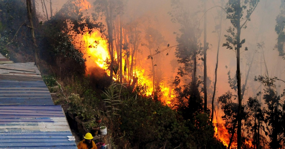 13.set.2012 - Bombeiros tentam conter inc&#234;ndio em &#225;rea pr&#243;xima &#224; casa do ex-pintor Oswaldo Guayasam&#237;n, em Quito, no Equador