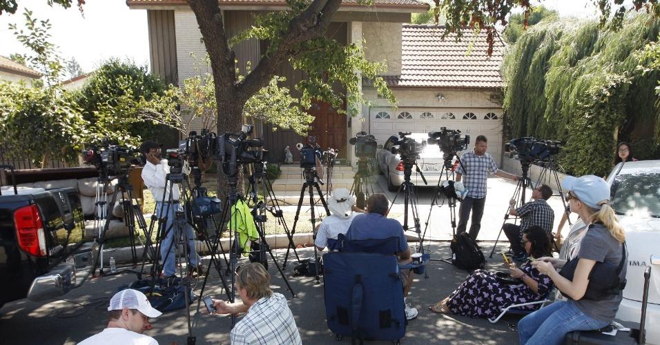 """13.set.2012 - Jornalistas se reúnem nesta quinta (13) em frente a casa do suposto autor do filme anti-islâmico """"O Julgamento de Maomé"""", que gerou protestos no Oriente Médio"""