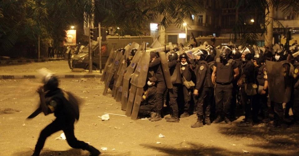 """13.set.2012 - Manifestantes entram em confronto com a polícia egípcia durante manifestação em frente à embaixada norte-americana no Cairo. O presidente do Egito, Mohamed Mursi, afirmou que apoia manifestações,  exceto ataques a embaixadas e consulados.  Nos últimos dias, o lançamento do  filme americano """"O Julgamento de Maomé"""", considerado anti-islâmico pelos manifestantes muçulmanos,  gerou protestos no Oriente Médio"""