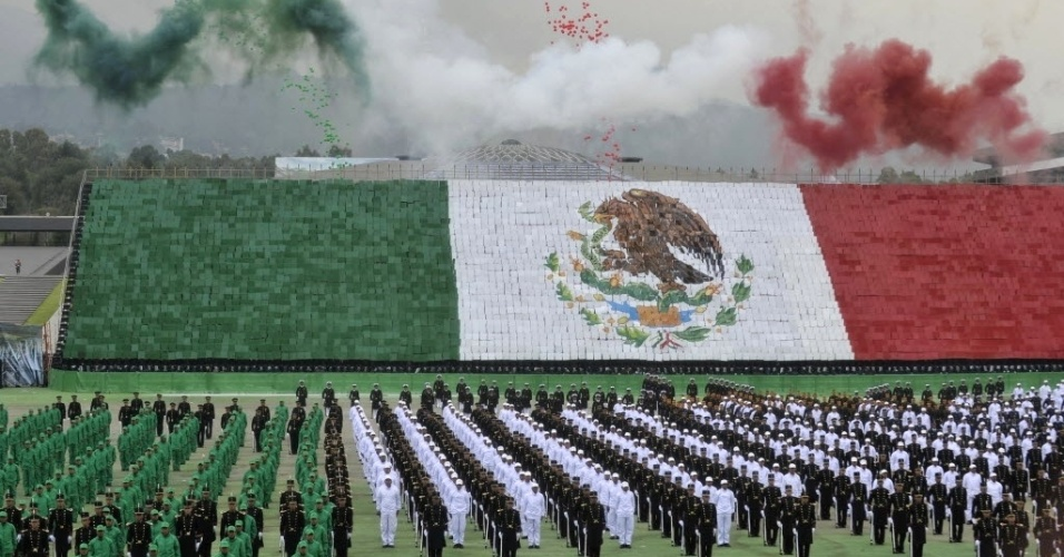 13.set.2012 - Mexicanos celebram o Dia da Independ&#234;ncia do M&#233;xico, em cerim&#244;nia na Cidade do M&#233;xico, nesta quinta-feira (13)
