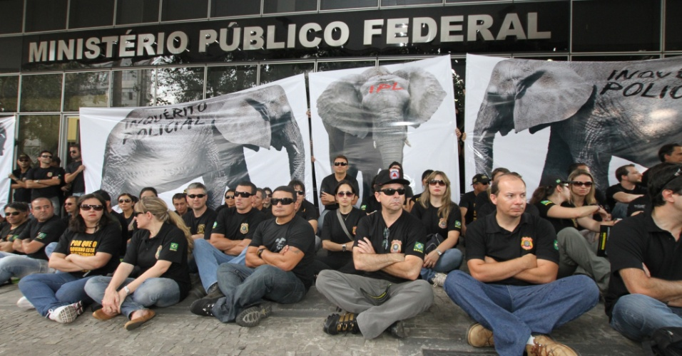 13.set.2012 - Policiais federais protestam no Minist&#233;rio P&#250;blico Federal em Belo Horizonte. Mesmo com a manifesta&#231;&#227;o  a expedi&#231;&#227;o de passaporte voltou a ser realizada normalmente na capital mineira, nesta quinta-feira 