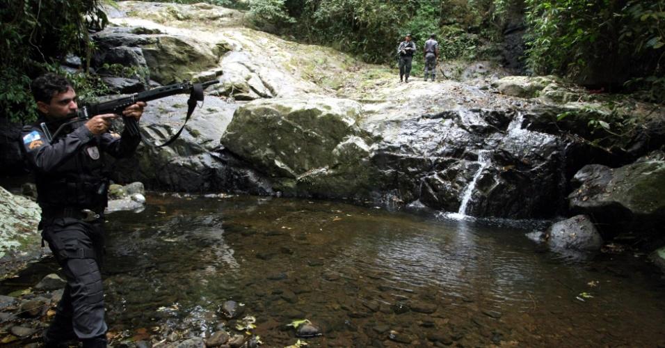 13.set.2012 - Policiais militares continuam a operação na favela da Chatuba, onde seis jovens foram mortos por traficantes. Na foto, Cachoeira da Pedrinha, também conhecida como Cachoeira do Tráfico, onde foram encontrados vestígios de um acampamento
