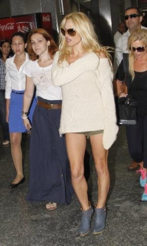 """A atriz americana Pamela Anderson desembarcou no aeroporto do Galeão, no Rio (13/9/12). Nesta quinta ela fará uma participação no programa """"Caldeirão do Huck"""""""