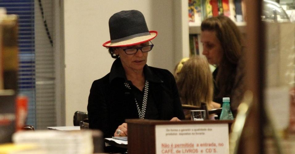 A atriz Cássia Kiss esteve em uma livraria em um shopping da zona oeste do Rio (13/9/12)