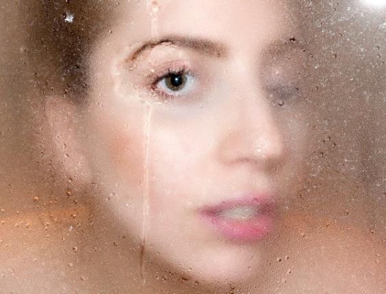 A cantora Lady Gaga em uma foto no banho. A fotografia doi tirada por Terry Richardson e postada por ele em seu blog (13/9/12)