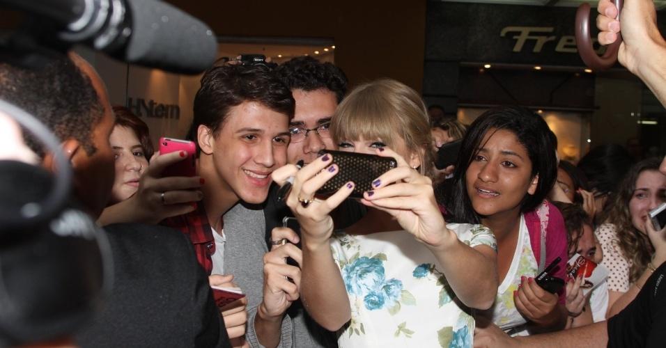 A cantora Taylor Swift distribuiu autógrafos aos fãs que estavam na porta do hotel onde está hospedada no Rio (13/9/12)