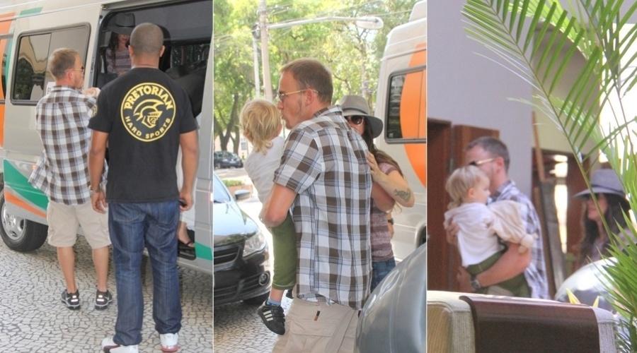 Alanis Morissette chegou ao hotel Hilton, em Belém do Pará (13/9/12). A cantora estava acompanhada do marido, Mario Treadway e do filho Ever