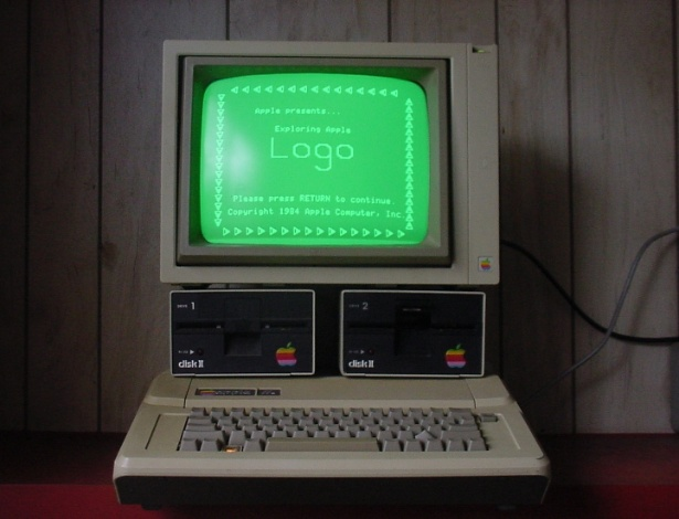 Ao contr&#225;rio do Apple I, que teve poucas unidades vendidas, o Apple II teve milhares de unidades fabricadas com pequenas atualiza&#231;&#245;es no hardware at&#233; 1992, quando parou de ser comercializado. Em sites de leil&#245;es, &#233; poss&#237;vel encontrar um exemplar do Apple II de US$ 225 a at&#233; US$ 5.500 (cerca de R$ 554 e R$ 11.110). Na imagem acima, exemplar &#224; venda no eBay por US$ 225