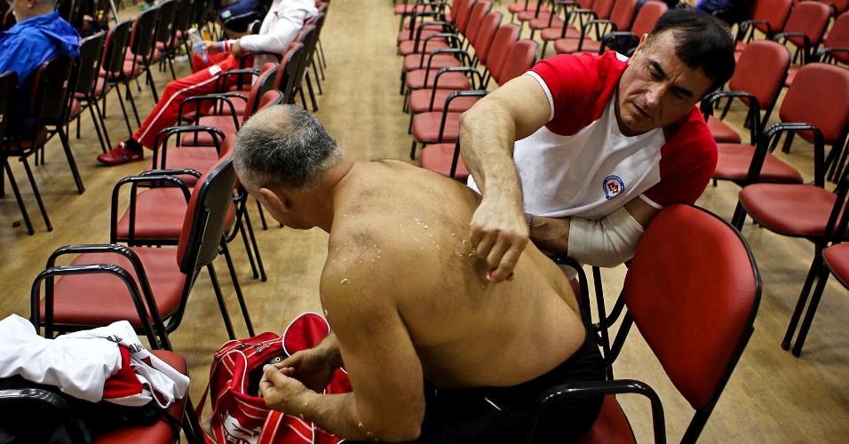 Atleta russo recebe atendimento após competir no 34º Mundial de Luta de Braço, em São Vicente