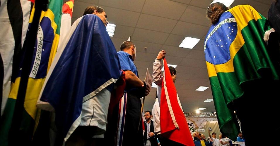 Com bandeiras nacionais, competidores se apresentam na abertura do 34º Mundial de Luta de Braço