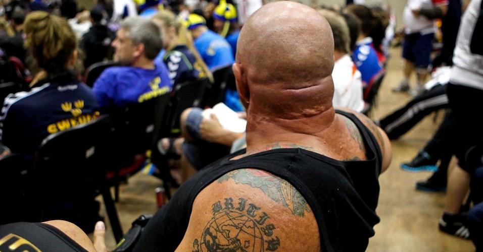 Competidor exibe tatuagens na concentração do 34º Mundial de Luta de Braço, em São Vicente
