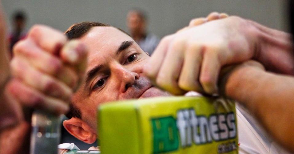 Competidor observa ao vencer disputa no Campeonato Mundial de Luta de Braço em São Vicente