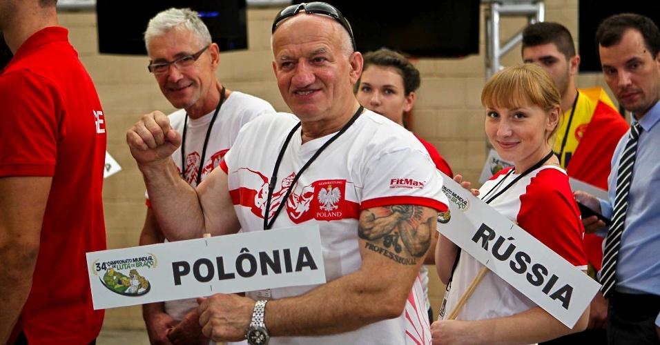 Competidores desfilam com o nome de seus países em abertura do 34º Mundial de Luta de Braço