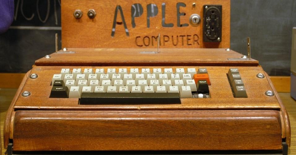 Criado em 1976, o Apple I foi o primeiro computador da empresa criada por Steve Jobs e Steve Wozniak. Os dispositivos eram feitos à mão, um por um, na casa dos pais de Jobs e custavam US$ 666,66. Em junho, a Sotheby?s colocou à venda um dos exemplares remanescentes do Apple I -- a empresa de leilões estima que existam apenas 50 deles no mundo, dos quais seis ainda estariam funcionando. O computador foi arrematado por US$ 374 mil (cerca de R$ 755 mil)