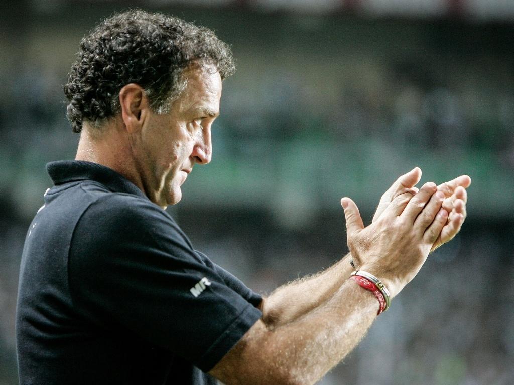 Cuca aplaude o Atlético-MG durante a vitória sobre o São Paulo, no Independência (12/9/2012)