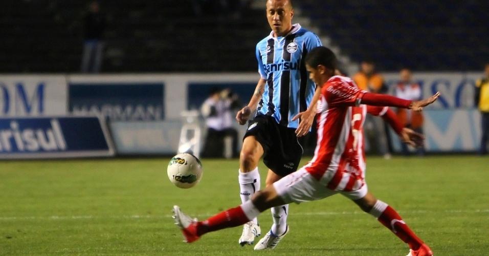 Elicarlos, do Náutico, tenta interceptar passe de Marquinhos, do Grêmio, em duelo no Olímpico