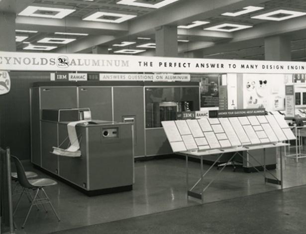 Em 1956, a IBM apresentou seu primeiro computador, o RAMAC 305, capaz de processar dados e armazená-los ao mesmo tempo em um disco rígido (algo simples para qualquer dispositivo simples atualmente). Segundo a IBM, cerca de 1.000 unidades dele foram fabricadas até 1961, quando a parou de ser produzido. No eBay, o manual de programação do IBM 1401, uma das atualizações do RAMAC 305, é encontrado por US$ 29 (cerca de R$ 58)