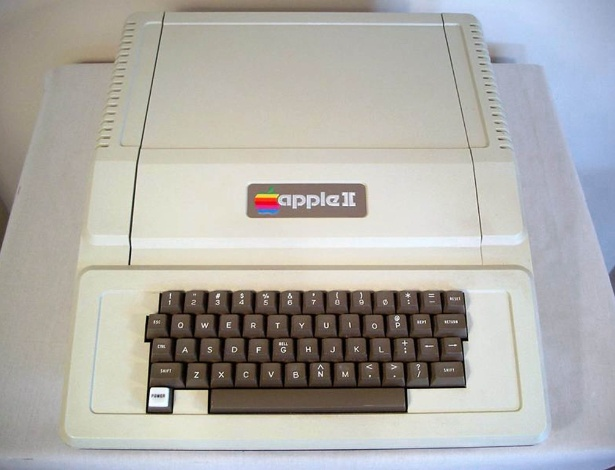 Em 1977, ano seguinte ao lan&#231;amento do Apple I, come&#231;a a ser vendida sua segunda vers&#227;o. O Apple II era um computador pessoal completo (agora, era vendido com monitor e teclado) e possu&#237;a dois drivers de disquetes. No entanto, mantinha o processador de 1 Mhz e 4kB de RAM (em geral, expandida para 64kB pelos pr&#243;prios usu&#225;rios com acr&#233;scimo de outra placa). Era vendido por US$ 1.298, segundo o site &#39;&#39;Old Computers&#39;&#39;