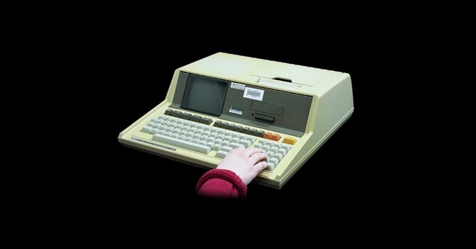Em 1980, a HP lan&#231;a finalmente o seu primeiro &#39;&#39;computador pessoal&#39;&#39;, agora sem traumas no nome, o HP-85. Ele reunia monitor, teclado, unidade de processamento, impressora t&#233;rmica e um driver em um &#250;nico gabinete. Tinha processador de 0,6 Mhz e mem&#243;ria RAM de 8kB. Na &#233;poca, era vendido por US$ 3.250, segundo o site Old Computers. Em sites de leil&#227;o, &#233; poss&#237;vel encontrar o antigo computador por US$ 995 (cerca de R$ 2.008)