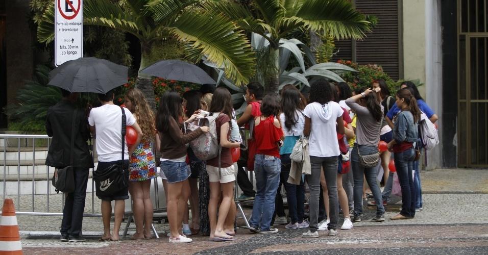 Fãs de Taylor Swift aguardam saída da cantora de evento para a imprensa em hotel na praia de Copacabana, no Rio de Janeiro (13/9/12)