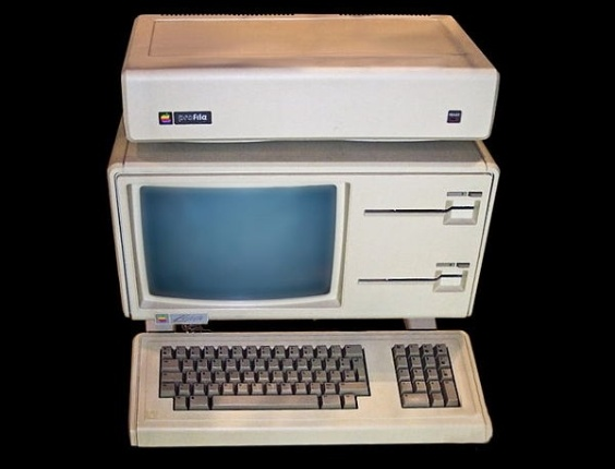 Lan&#231;ado em 1983, o Apple Lisa foi o primeiro computador a integrar uma interface gr&#225;fica ao uso do mouse (at&#233; ent&#227;o, os usu&#225;rios dependiam do teclado para comandar via texto o dispositivo). Mas o seu pre&#231;o &#39;&#39;salgado&#39;&#39; de US$ 9.995 fez o Apple Lisa fracassar nas vendas. Ele usava um processador de 5Mhz e tinha dois drivers de disquete. No eBay, &#233; poss&#237;vel encontrar um exemplar por US$ 2.999,99 (cerca de R$ 6.057)