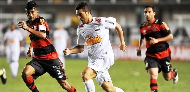 Léo Moura tenta conter o avanço de Felipe Anderson durante jogo entre Flamengo e Santos