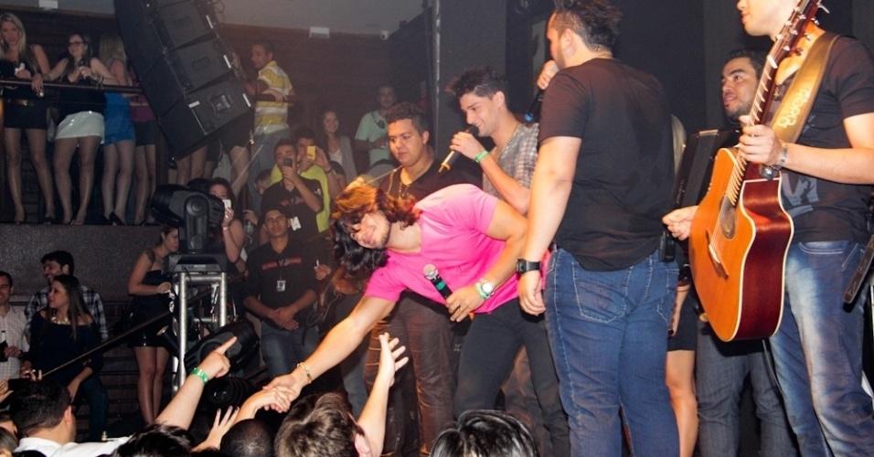 Mariano interage com o público durante a apresentação das duplas (12/9/12)