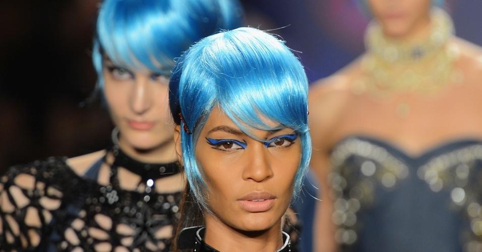 modelos-com-perucas-azuis-e-maquiagem-com-delineado-grafico-na-mesma-cor-na-passarela-de-anna-sui-na-nyfw-1347580405804_956x500.jpg (956×500)