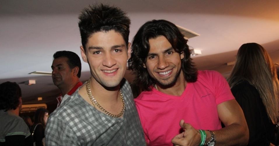 """Munhoz e Mariano, do hit """"Camaro Amarelo"""", posam para os fotógrafos durante o evento (12/9/12)"""