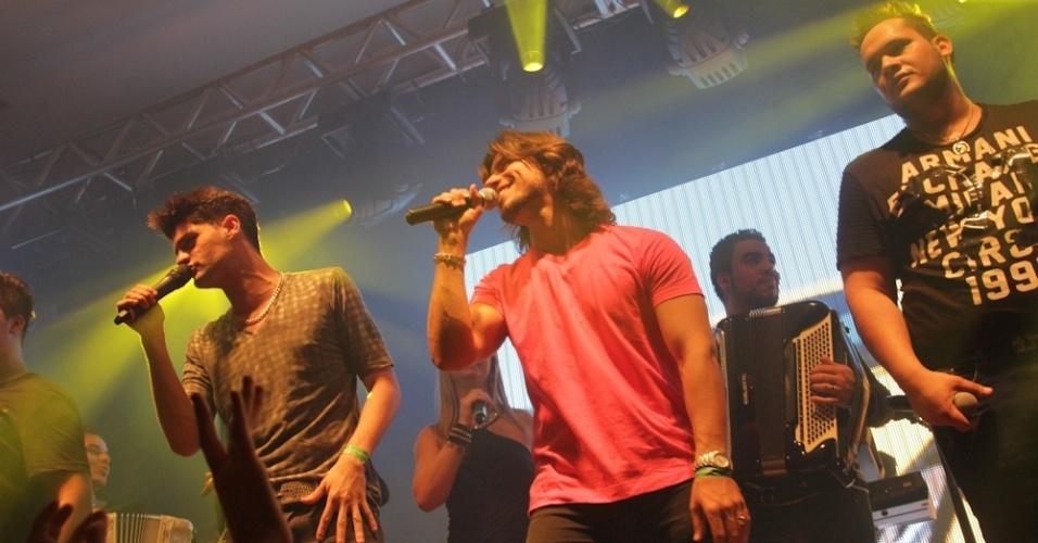 Munhoz e Mariano fazem participação especial no show da dupla Zé Ricardo e Thiago em SP (12/9/12)