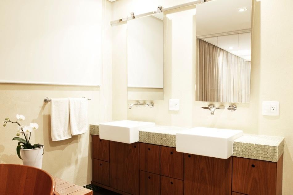 Itapaiuna II projeto de apê se baseia na aplicação de madeira para dar aconc -> Nicho Na Parede Do Banheiro