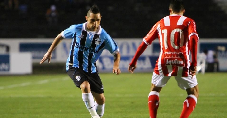 Pará, lateral direito do Grêmio, parte para cima da marcação de Lúcio, do Náutico