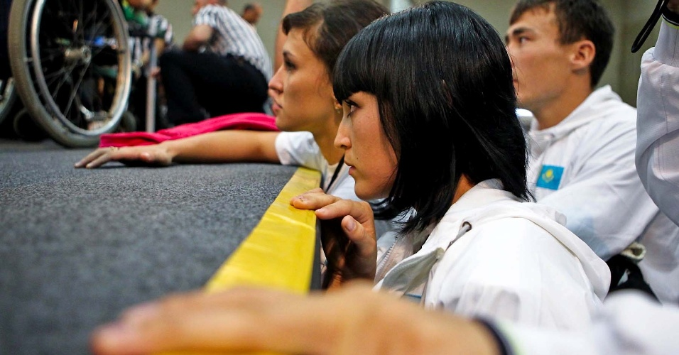 Representante do Cazaquistão observam competição no Mundial de Luta de Braço em São Vicente