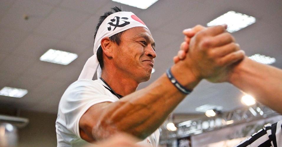 Representante japonês usa faixa de seu país na cabeça durante competição no Mundial de Luta de Braço