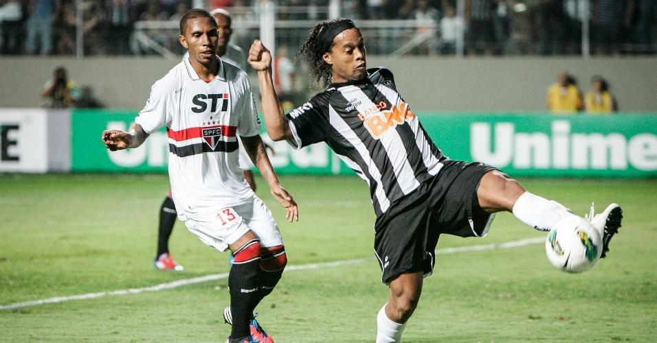 Ronaldinho Gaúcho domina a bola contra o São Paulo na vitória do Atlético-MG (12/9/2012)