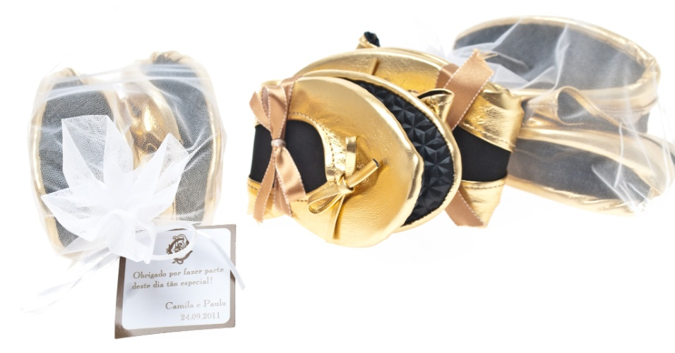 Sapatilha dobrável em couro sintético com embalagem que leva fita da cor da decoracão da festa; da Gift Chic (www.giftchic.com.br), a partir de 15 (o par). Disponibilidade e preço sujeitos a alterações. Pesquisa realizada em setembro de 2012