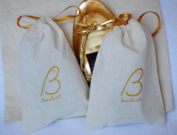 Sapatilha dobrável em couro sintético com fita de cetim removível e um saco pequeno em algodão com ajuste; da Beaulacet (www.beaulacet.com), por R$ 35 (o par, para pedidos de 100 pares). Disponibilidade e preço sujeitos a alterações. Pesquisa realizada em setembro de 2012