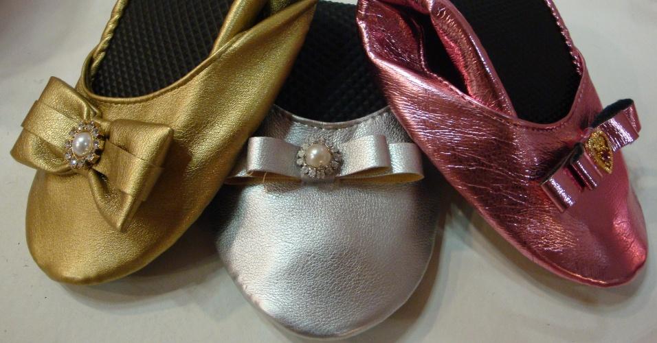 Sapatilhas dobráveis com detalhe de lacinho com aplicação de pérola com strass ou pingente; da Sabrinas (www.sabrinas.net.br). A partir de R$ 11 (o par, pedido mínimo de 50 pares). Disponibilidade e preço sujeitos a alterações. Pesquisa realizada em setembro de 2012