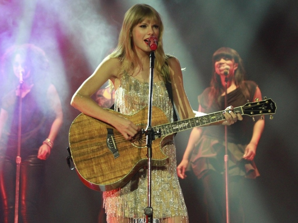 Taylor Swift canta com Paula Fernandes em show no Citibank Hall no Rio de Janeiro (13/9/12)