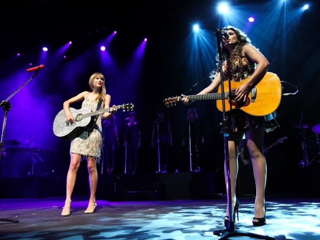 Taylor Swift tocou ?Long Live? junto de Paula Fernandes. Essa foi a primeira vez que as duas cantoras, que gravaram o dueto sem se conhecer, cantaram juntas (13/9/12)