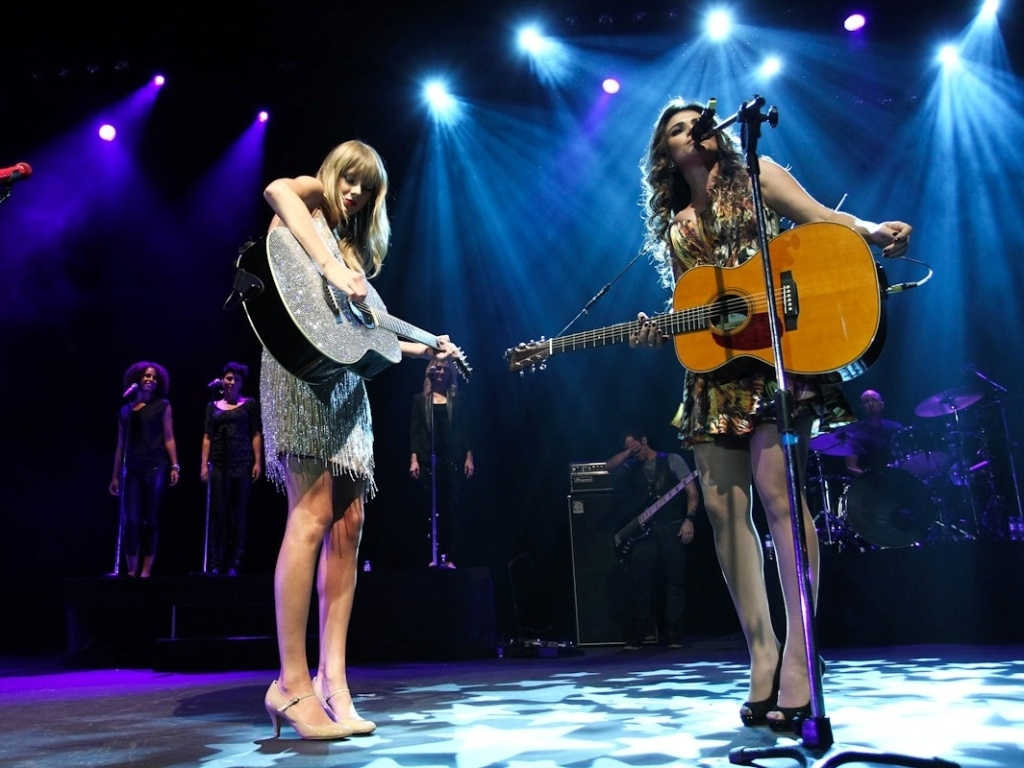 Taylor Swift canta com Paula Fernandes em show no Citibank Hall no Rio de Janeiro (13/9/12)