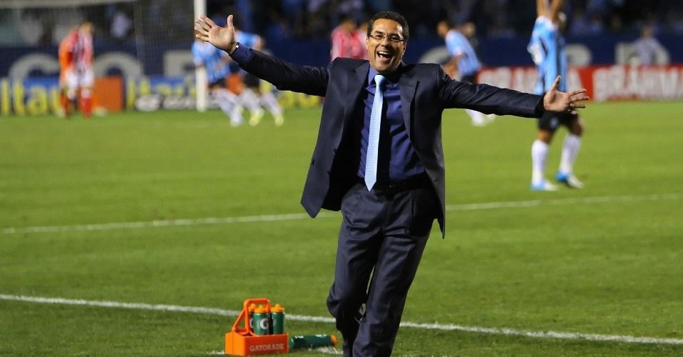Vanderlei Luxemburgo comemora o segundo gol do Grêmio na vitória por 2 a 0 sobre o Náutico
