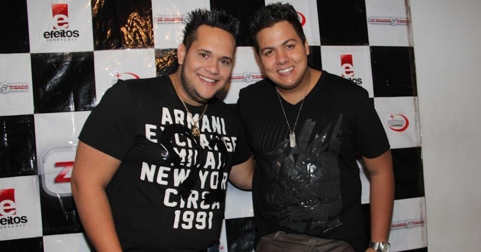 Zé Ricardo e Thiago posam para as fotos durante sua apresentação em São Paulo (12/9/12)