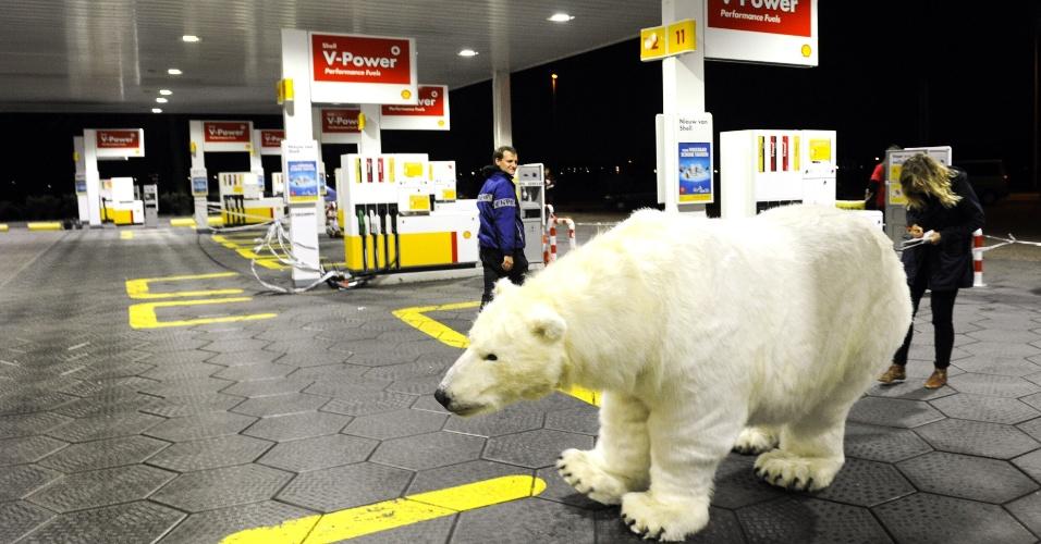 14.set.2012 - Ativistas do Greenpeace usaram um urso polar empalhado nesta sexta-feira (14), como forma de protesto contra a perfuração no mar Ártico, em um posto de gasolina na cidade de Breukelen, na Holanda