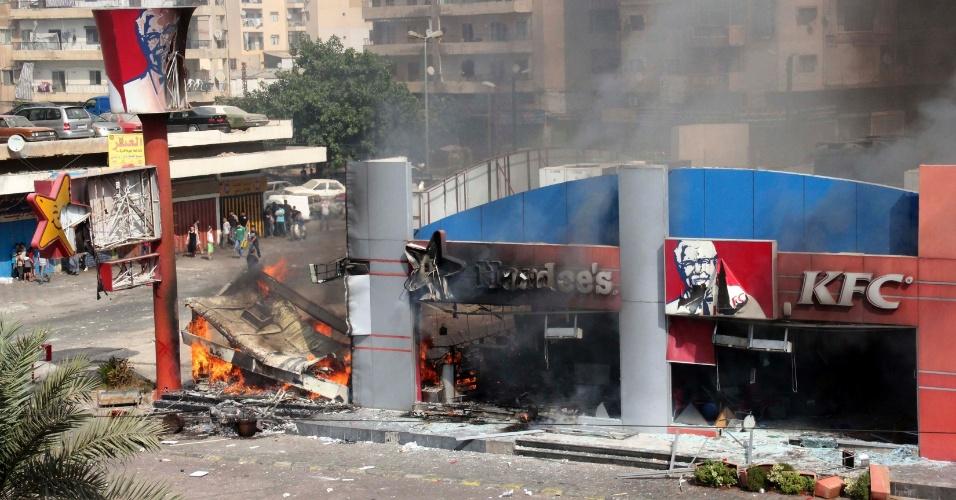 14.set.2012 - Centenas de muçulmanos atacam e colocam fogo em um restaurante da rede KFC e outro da Hardee's na cidade libanesa de Trípoli, em mais um protesto contra o filme ofensivo ao islã que provocou uma onda de violência no mundo árabe