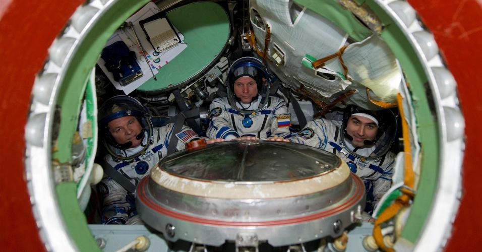 14.set.2012 - Da esquerda para a direita, o astronauta Kevin Ford da Nasa (agência espacial americana) e os cosmonautas russos Oleg Novitskiy e Evgeniy Tarelkin participam de uma sessão de treinamento no centro espacial Star City, próximo de Moscou. Os três se preparam para uma missão à Estação Espacial Internacional em outubro deste ano
